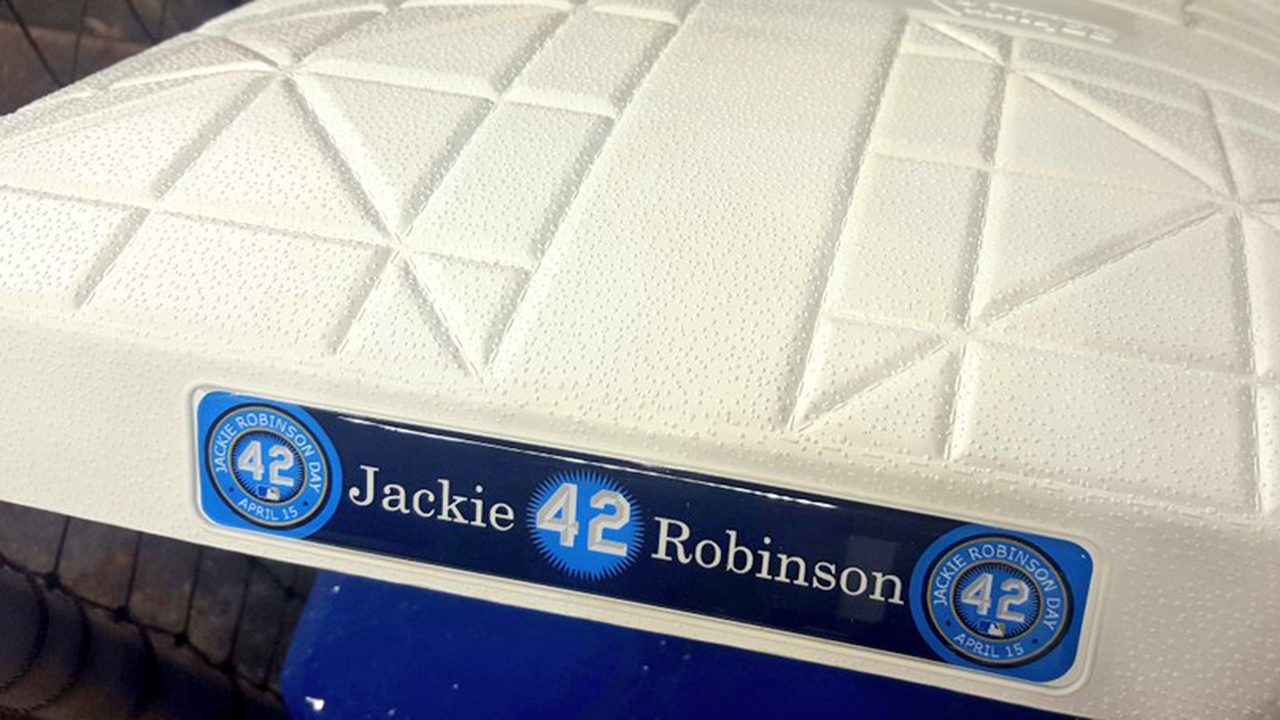 Mets, Fish honor Jackie with special bases